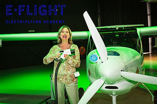 Minister van Nieuwenhuizen (IenW) opent de eerste elektrische vliegschool van Europa: E-Flight Academy
